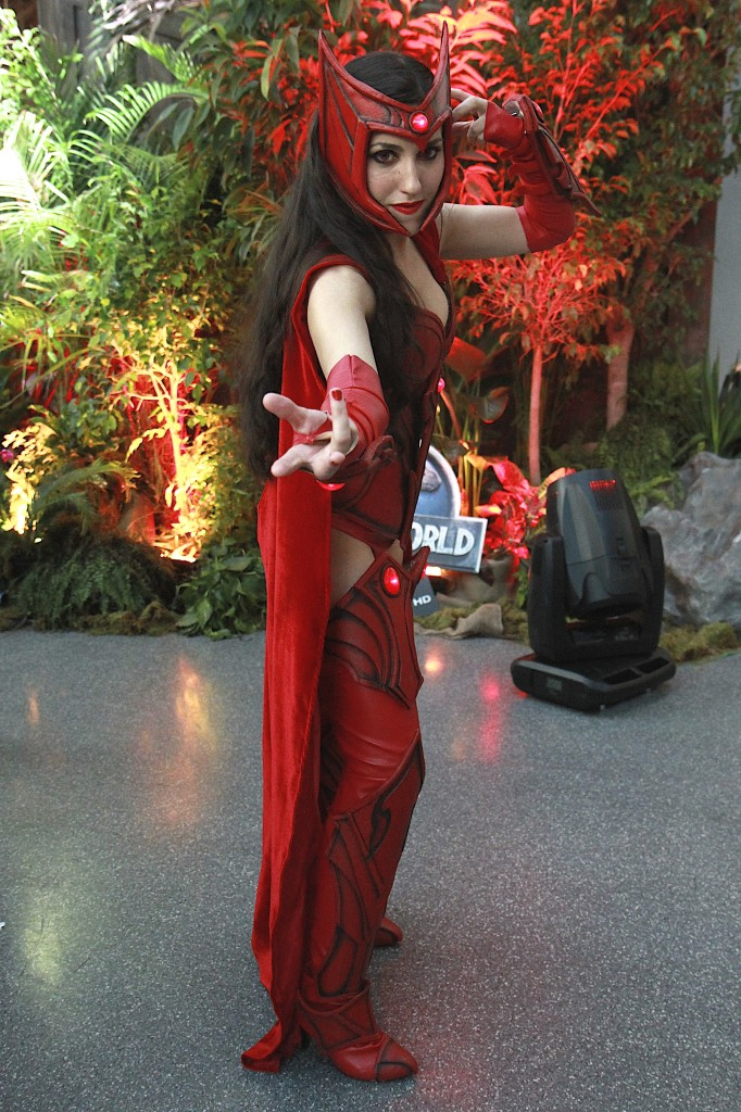 New_York_Comic_Con_Cosplay_2015_Scarlet_Witch_2