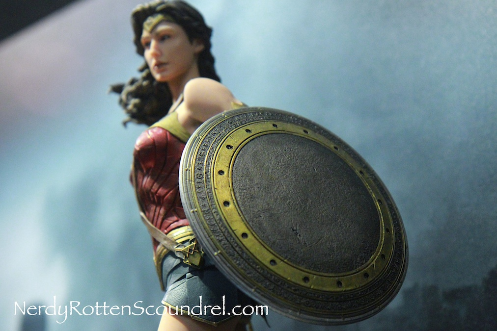 BATMAN-V-SUPERMAN-WONDER-WOMAN-GAL-GADOT-STATUE-TOY-FAIR-2016- DC-COLLECTIBLES-4